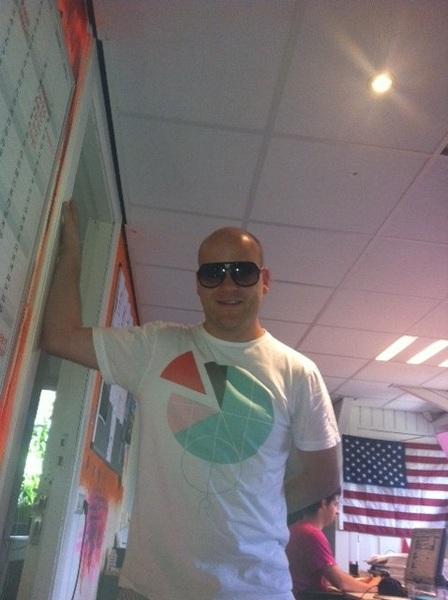 Vinden jullie ook niet dat @JeltevdG met mijn zonnebril op extreem veel op Pitbull lijkt? ;-) #radio538