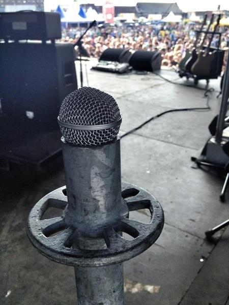 Op #Huntenpop perfecte microfoon-houder gevonden. Leuke sfeer hier! En schitterend weer! #HP12