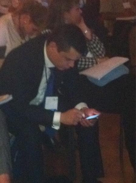 Acá @adolfocorujo fajándose para cubrir el panel sobre socia media. #Cumbre2011