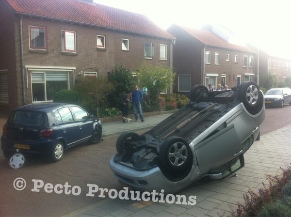 Auto met oudere dames is over de kop geslagen in #Westervoirt nadat ze geparkeerde auto geramd hebben. Bizarre situatie